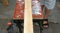 Da de stolper vi havde fået fat i var rimelig fyldt med fliser og afskalinger startede vi med at høvle overfladen glat, så den var til at røre ved. Efterfølgende […]